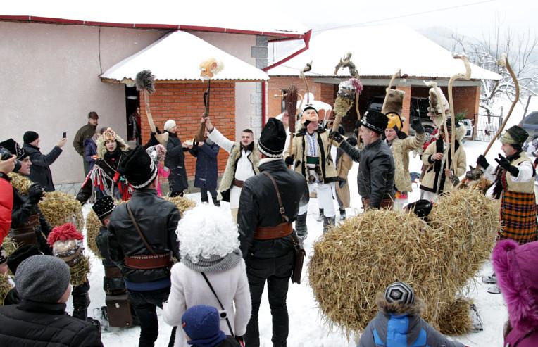 Традиційне святкування маскарад Маланка на Буковині (фото взято з сайту міста storozhynets.info)